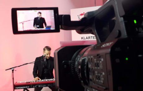 Tom Marks am Piano - Blick durch die Kameralinse