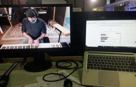 Zugeschalteter Pianospieler - hybrides Event